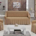 Couvrir sur le canapé et des chaises de la même couleur