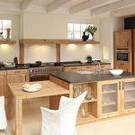 Cuisine en bois avec étagères ouvertes pour la décoration