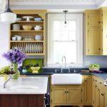 Etagères ouvertes en bois avec des plats dans la cuisine