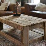 Des palettes en bois pour la table du salon faites-le vous-même