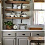Étagères en bois dans la cuisine - l'option la plus commune