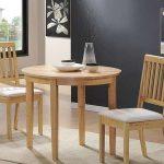 Table et chaises en bois à l'intérieur