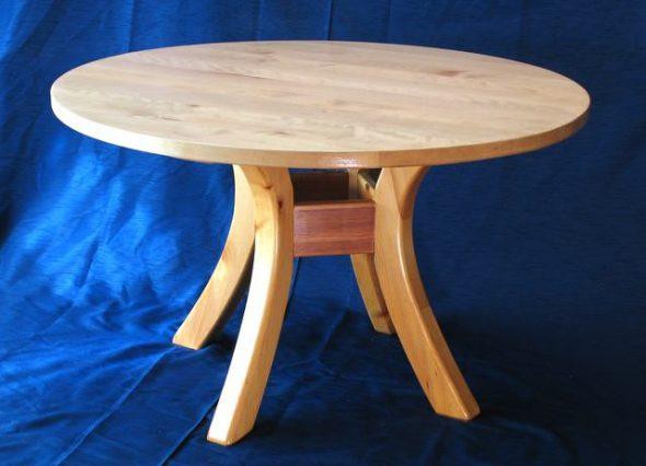 Table ronde avec un design sur quatre supports