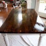 Table en bois avec pieds blancs