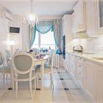 Longue table ovale pour une longue cuisine rectangulaire