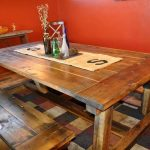 Table en bois massif avec des bancs faits à la main