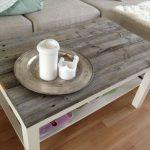 Table basse bicolore à l'intérieur