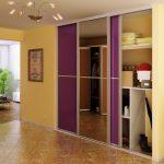 Armoire violette pour couloir jaune