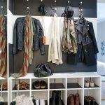 Salle carrée fonctionnelle dans le style du minimalisme