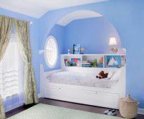 Conception harmonieuse d'un lit dans une niche avec une arche