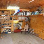 Espace de travail équipé de manière compétente dans le garage