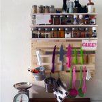 Belle étagère pour les épices et les ustensiles de cuisine
