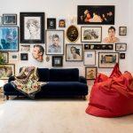 Chaise de sac rouge dans le salon