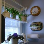 Luova hylly keittiön ikkunassa