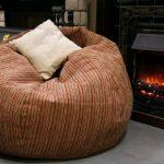 Sac fauteuil avec un oreiller au coin du feu