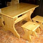 Table avec tabourets en pin