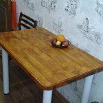 Table avec dessus en bois laqué dans la cuisine