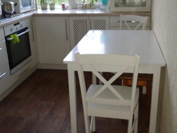 Une table carrée peut également être placée contre le mur.