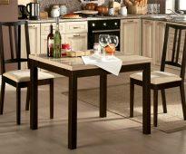 Table carrée à l'intérieur de la cuisine
