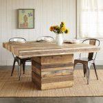 Table en bois massif dans la salle à manger