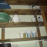 Étagère en bois à étages dans le garage
