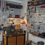 Au-dessus de l'établi, des étagères et des crochets à outils