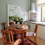 Une petite table coulissante dans une petite cuisine