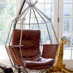 Version inhabituelle d'une chaise suspendue en cuir montée sur un support