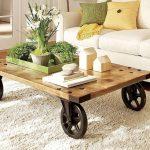 Table basse avec grandes roues