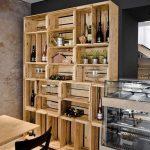 La conception originale des chambres avec une variété d'étagères