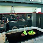 Étagères ouvertes dans une cuisine moderne