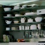 Étagères ouvertes à l'intérieur de la cuisine