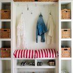 Armoire blanche ouverte dans le couloir