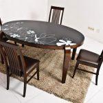 Table ovale avec un motif inhabituel