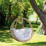Chaise suspendue avec cadre en bois et coussins moelleux