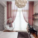 Chaise suspendue dans la chambre dans un style moderne.