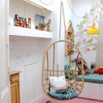 Chaise en osier suspendue dans la chambre des enfants