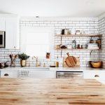 Étagères dans la cuisine - fonctionnel, pratique