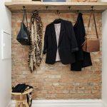 Hall d'entrée de style loft avec des matériaux naturels