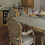 Table rectangulaire grise dans la cuisine