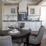 Table pliante noire pour une cuisine classique