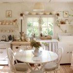 Placer des étagères ouvertes autour de la fenêtre pour préserver la symétrie de la cuisine