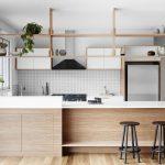 Placer des étagères au-dessus de la table à manger divise la cuisine en deux parties.