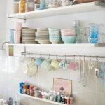Plats multicolores et pots d'épices sur les étagères ouvertes