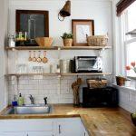 Avec l'aide d'étagères ouvertes, vous pouvez rendre une petite cuisine fonctionnelle et spacieuse.