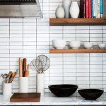 La solution la plus simple et la plus réussie pour les étagères avec vos propres mains - l'utilisation de planches en bois