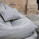 Sac pouf gris avec un oreiller