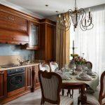 Cuisine en bois chic avec une table ronde