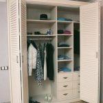 Cabinet avec portes à persiennes