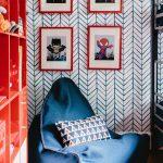 Chaise bleue dans la chambre du garçon